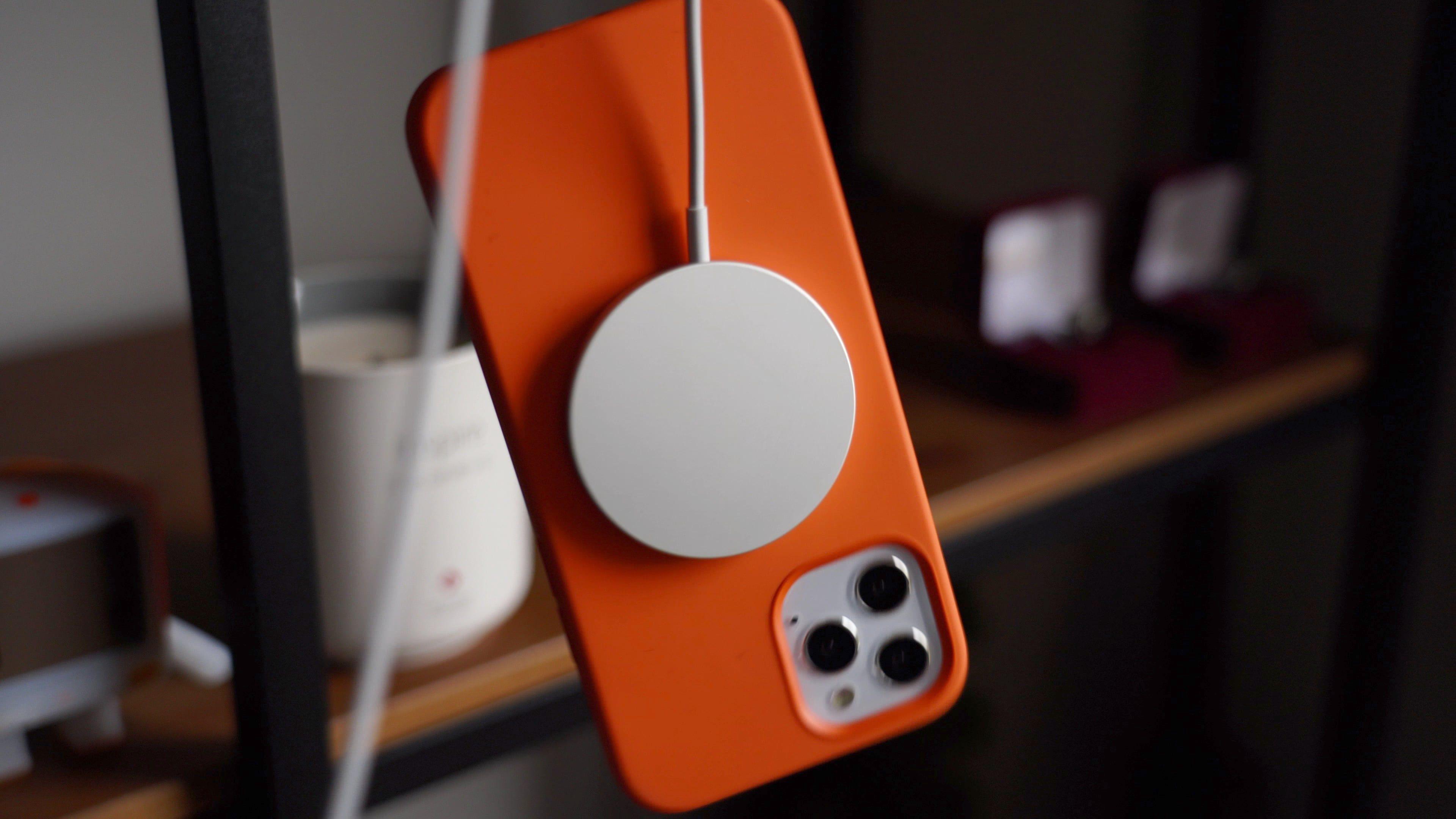 Làm thế nào để sử dụng sạc MagSafe với những model iPhone 12